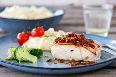PANNESTEKT TORSK MED BACONSMØR OG SITRONPOTETMOS Mashed Potatoes, Food And Drink, Bacon, Ethnic Recipes, Image, Whipped Potatoes, Pork Belly, Smash Potatoes