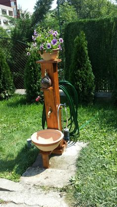 Pallet style garden fountain with pot basin and hose holder. Own project. - All For Garden Backyard Projects, Outdoor Projects, Garden Projects, Outdoor Decor, Wood Projects, Water Hose Holder, Garden Hose Holder, Garden Hose Storage, Garden Fountains