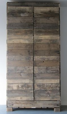 ⭐I could see this against a white wall with a persian carpet! Looks like it started off as a wooden pallet and grew from there. Pallet Wardrobe, Wooden Wardrobe, Recycled Furniture, Pallet Furniture, Home Furniture, Pallet Crates, Old Pallets, Art Shed, Old Wood
