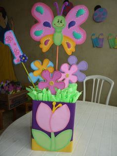 CENTRO DE MESA DE MARIPOSA Girl Birthday Decorations, Butterfly Decorations, Craft Activities For Kids, Crafts For Kids, First Birthday Parties, First Birthdays, Butterfly Birthday Party, Diy Y Manualidades, Diy And Crafts