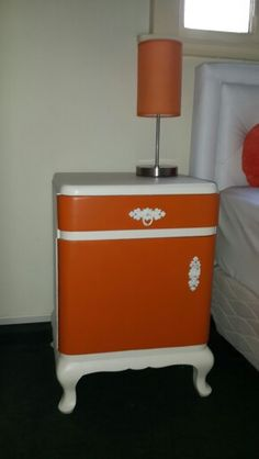 Mesa de luz vintage naranja Vintage orange side table