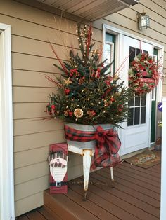 Country Christmas Decorations, Christmas Porch, Christmas Centerpieces, Rustic Christmas, Xmas Decorations, Winter Christmas, Christmas Time, Christmas Wreaths, Holiday Decorating