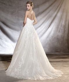 ORIBE - Romantic strapless wedding dress in tulle and lace.