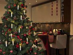 Klassisk og vakker juletrebelysning fra Konstsmide med delt ledning. Juletrebelysningen har 16 hvite stavlamper på grønn klype og kabel, og de varmhvite pærene på slyngen er utskiftbare. Christmas Lights, Christmas Tree, Led, Indoor, Holiday Decor, Design, Home Decor, Products, Xmas Lights
