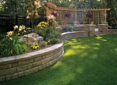 38 Amazingly Green Front-yard & Backyard Landscaping Ideas Get Basic Engineering, Home Design & Home Decor. Amazingly Green Front-yard & Backyard Landscaping Ideasf you're anything like us, y Retaining Wall Construction, Diy Retaining Wall, Backyard Retaining Walls, Retaining Wall Design, Concrete Retaining Walls, Concrete Blocks, Concrete Walls, Brick Pavers, Stained Concrete