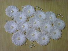 Flores de tecido para fins diversos... <br>10un de flores (venda atacado) <br> <br>Utilizações: <br>Lembrancinhas <br>Bem-casados <br>Lembrancinhas <br>Tiaras <br>Tictacs <br>Acessórios de cabelo <br>Corsages <br> <br>Flores artesanais de qualidade, beleza e acabamento inigualáveis <br>Tamanho das flores: 5cm de diâmetro <br>Tecido: failete <br>Várias cores <br>Acessórios não acompanham as flores
