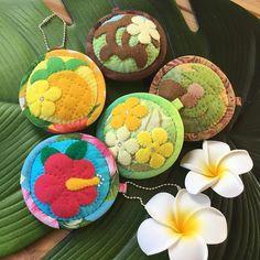 Mami's Makana Hawaiian QuiltさんはInstagramを利用しています:「久しぶりに可愛いモチーフ作ってます😊ご希望はホヌ♡ヤシの木♡ウエーブでした 気に入って頂けるといいな💕 #ハワイアンキルト #ご注文品 #可愛い色合い」 Hawaiian Quilt Patterns, Hawaiian Quilts, Patches, Quilting, Pouch, Dolls, Instagram, Jewerly, Baby Dolls
