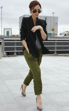 El blazer negro es uno de los must have de Victoria Beckham. Aquí lo combina con unos pantalones harem en color verde militar y una camiseta básica gris. En los pies, sus inseparables taconazos.