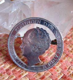 Online veilinghuis Catawiki: 1932 zilveren rijksdaalder Koningin Wilhelmina broche grof haar