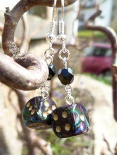 """Boucles d'oreille """"Dusk and its embrace"""" avec dés à jouer 6 faces et perle de Bohème couleur ombre : Boucles d'oreille par acherontia"""