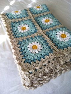 Daisy crochet afghan in turquoise and gray: (via tillie tulip - a handmade mishmosh: Photo tutorial of how to create the daisy)Daisy crochet blanket Love the colors, could do grey and two shades of purple for guest room. Daisy crochet blanket Love th Point Granny Au Crochet, Crochet Squares, Crochet Blanket Patterns, Crochet Stitches, Knitting Patterns, Crochet Afghans, Free Knitting, Crochet Cushions, Crochet Pillow