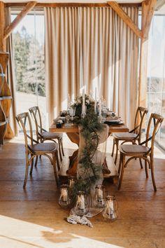 In unserer großen Bildergalerie findet ihr unzählige traumhafte Deko-Ideen für eure Hochzeit! Viel Spaß beim Stöbern! #hochzeitsdeko #hochzeitindenbergen #winterhochzeit #hochzeitimwinter #hochzeitimschnee #vintagehochzeit #hochzeitsideen2020 #hochzeitsideen2021 #hochzeitstipps #hochzeitsdekoration Table Settings, Table Decorations, Furniture, Home Decor, Bow Wedding, Decorating Ideas, Decoration Home, Room Decor, Place Settings