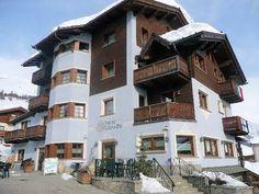 Hotel Cristallo: BUITENKANT HOTEL CRISTALLO LIVIGNO WINTERSPORT ITALIE SKI SNOWBOARD RAQUETTES SCHNEESCHUHLAUFEN LANGLAUFEN WANDELEN INTERLODGE Snowboard, Mansions, House Styles, Italy, Long Distance, Manor Houses, Villas, Mansion, Palaces