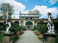 Сад палаццо Пфаннер XVII века в Лукке — пример итальянского сада со скульптурой, дорожками из щебня и деревьями в кадках.