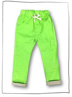 ungen Sommerhose Borkum ( Leinenoptik )  Jungs freuen sich über die Baumwolle-Hose in Leinenoptik. Diese ist aus Baumwolle und gerade geschnitten. Auf diese Weise liegt sie bequem am Bein. Darüber hinaus ist die Jungen Leinenhose mit einem Gummizug und Kordelband versehen, die ihr ein sportliches Aussehen verleiht. Außerdem sind auf der Vorderseite integrierte Taschen mit diagonalen Eingriffen vorhanden. Die Baumwolle-Hose ist für Jungs eine tolle Wahl für sommerliche Aktivitäten.