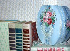 Vintage Wallpaper Bandbox || Hannah's Treasures Blog