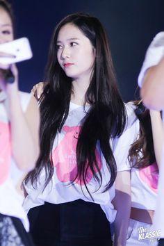 Koreans claim these 2 hairstyles make girls look 'innocent' — Koreaboo Krystal Fx, Jessica & Krystal, Kpop Girl Groups, Kpop Girls, Krystal Jung Fashion, Straight Black Hair, Top Hairstyles, Ice Princess, Cosmic Girls