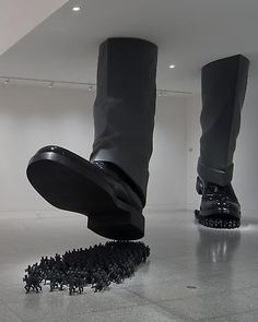 The massive installations and sculptures by South Korean artist, Do Ho Suh examine society's fascination and obsession with individuality, and draw focus to the anonymity in everyone. Suh, who draw. Vitrine Design, Do Ho Suh, Street Art, Instalation Art, Wow Art, Art Moderne, Korean Artist, Pics Art, Art Plastique