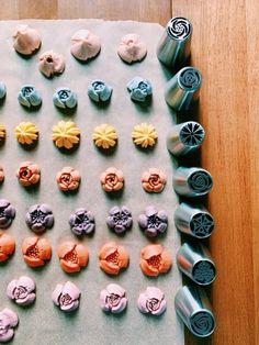 Cupcake Decorating Tips, Cake Decorating Piping, Cake Decorating Techniques, Cookie Decorating, Fondant Flower Cake, Buttercream Flower Cake, Cake Icing, Buttercream Flowers Tutorial, Fondant Baby