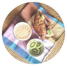Como me gustan los desayunos de #domingo  y los del lunes, el martes, el miércoles... Jaja Croissant de cereales con pavo, quedo, tomate, aguacate y brotes tiernos, kiwi y café con leche de avena #losdesayunosdeaurora