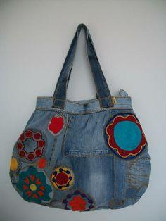 Bolsa feita com jeans reutilizado e bordada com fios de lã. Com fecho de imã e bolso interno. Pode haver variação no tom do tecido. Mais informações pelo email.  Recomendações:Como é uma peça artesanal, sugiro não lavar em máquinas.. R$ 85,00                                                                                                                                                                                 Mais
