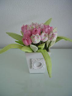 Vaso em MDF com flores em tecido (cód. OD 0006). Pode ser feito com outras cores.  # DISPONÍVEL UMA UNIDADE À PRONTA ENTREGA  ** PRODUTO ARTESANAL SUJEITO À PEQUENAS VARIAÇÕES.