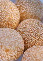 Homemade Dim Sum-Style Chinese Sesame Balls - Sesame Seed Balls ~ Note: This is one of the more difficult Chinese recipes. The problem comes duri - Asian Desserts, Asian Recipes, Chinese Desserts, Dim Sum, Desserts Chinois, Red Bean Paste, Almond Cookies, Red Beans, Asian Cooking