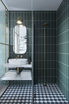 Mooie trendy badkamer inspiratie met groene metrotegels met een witte voeg. Gecombineerd met een patroon vloertegel met zwart, wit en grijs. Een inloopdouche met een glazenwand en een mat gouden opbouw regendouche. Een matmer wastafel met een marmer plank eronder. Een witte ovale waskom met een inbouw mat gouden wastafelkraan. Een ovale spiegel met een zwarte rand en een ouderwetse lamp. #minciobadkamer #skypejebadkamer #badkamerinspiratie Bad Inspiration, Bathroom Inspiration, Bathroom Design Small, Bathroom Interior Design, Bathroom Designs, Bathroom Ideas, Shower Ideas, Art Deco Bathroom, Bathroom Vanities