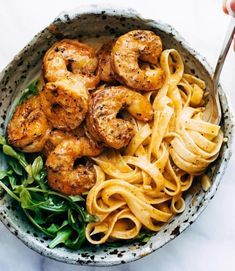 Red Pepper Fettuccine with Shrimp! It's got quick, pan-fried shrimp, creamy noodles, and red pepper / garlic / butter / lemon-ish sauce vibes. Perfect quick and easy dinner! easy dinner quick Red Pepper Fettuccine with Shrimp - Pinch of Yum Seafood Dishes, Pasta Dishes, Seafood Recipes, Pasta Recipes, Cooking Recipes, Healthy Recipes, Chicken Recipes, Healthy Snacks, Detox Recipes