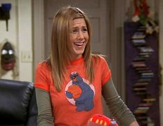 Jennifer Aniston🌷T-Shirts Over Long-Sleeve Shirts Rachel Green Outfits, Rachel Green Style, Friends Mode, Friends Tv, Friends Episodes, Friends Moments, 1990s Fashion Trends, Jenifer Aniston, Bad Fashion