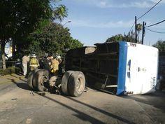 Se estrella camión junto a la Clínica 14. Se presume que el chofer de la unidad viajaba a exceso de velocidad. Jajajaja Ya no hay temor a Dios
