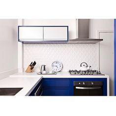 Um amor de cozinha!!  By @triaarquitetura #ahlaemcasa #cozinha #bancadabranca #cozinhaazul #revestimento3d