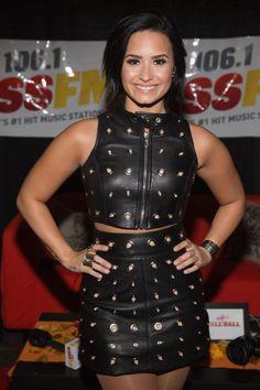Demi Lovato backstage at the WaMu Theater in Seattle, Washington - November Demi Lovato Body, Hollywood Fashion, Miley Cyrus, Demi Lovato Pictures, Peplum Dress, Bodycon Dress, Fast Fashion, Fashion Tips, Fashion Hacks