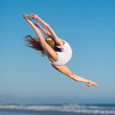 Flying in her Santa Monica leotard @annaemcnulty @sharkcookiedanceshop #cookiefamous #dancer #sharkcookiedancewear #beach #california #huntingtonbeach #nikonnofilter #flexible #sharkcookiedancewear