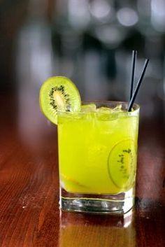 Receita de Caipirinha de Kiwi. Inove! Experimente a caipirinha de kiwi. Em maior quantidade,  com certeza será sucesso em sua reunião com amigos. Cocktails, Cocktail Drinks, Milk Shakes, Drinks Alcohol Recipes, Alcoholic Drinks, Bar Drinks, Beverages, Kiwi, Brazilian Drink