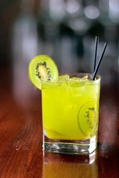 Caipirinha de Kiwi - Receitas de Mãe Cocktails, Cocktail Drinks, Drinks Alcohol Recipes, Alcoholic Drinks, Bar Drinks, Beverages, Kiwi, Brazilian Drink, Liqueur