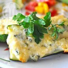 Gegrilde courgette met knoflook en Parmezaanse kaas. Erg gemakkelijk en smaakvol en heerlijk bij biefstuk, ribbetjes, kip of vis. Je kunt ze op de bbq maken, maar ook in de oven onder de grill.