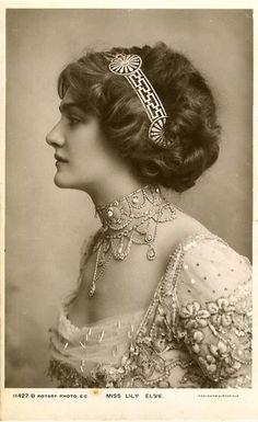 Chignon romantique - Lily Elsie 1910 sur Hello Beauté