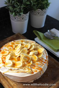 Anything Banoffee is sure to be a winner - and this banoffee pavlova does not disappoint! Piled high with whipped cream and bananas, and drizzled with toffee sauce Sweet Recipes, Cake Recipes, Toffee Sauce, Banoffee, French Pastries, Best Dishes, Pavlova, Sweet Bread, No Bake Desserts