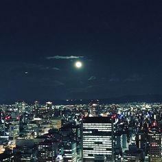 Instagram【mojiji14】さんの写真をピンしています。 《昨夜のお空。 綺麗なお月さま✨✨🌝 寒い日は空が澄んでて、きれい🌃 . #満月 #moon #冬空 #夜景》