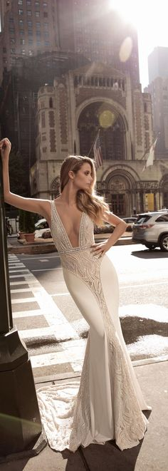Love that more brides are rocking a deep V plunge. This one by @bertabridal is so gorgeous!