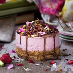 Chocolate Covered Raspberry Cheesecake (Raw, Vegan, Gluten Free) Ingredients: 1 1/4 cup soaked cashews (cover with water for 4 hours or overnight in fridge) 2 @thatsitusa apple coconut…