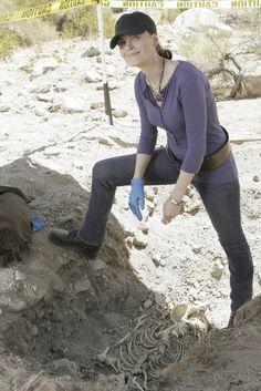 Emily Deschanel as Dr. Temperance Brennan Fox Broadcasting Co. Bones Tv Series, Bones Tv Show, Emily Deschanel, Bones Season 2, Cast Of Bones, Perito Criminal, Kathy Reichs, Temperance Brennan, Booth And Brennan