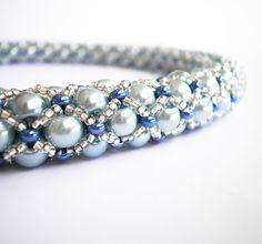 Sky Lady (*POŠTOVNÉ ZDARMA*) Romantická sada pro romantické okamžiky. Světle modrýnáhrdelník z 6mm voskovaných perel( přes 200 kousků),modrého rokajlu, čirého rokajlu se stříbrným průtahem (preciosa), zakončený čirými a bledě modrými ohňovkami a většími perlami ve stejném odstínu. Technika potrubní pošta, šité extrémně odolnou, nepřetrhnutelnou profi ...