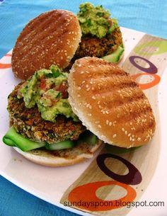 Νηστίσιμο μπέργκερ με μπιφτέκι λαχανικών και σος αβοκάντο • sundayspoon