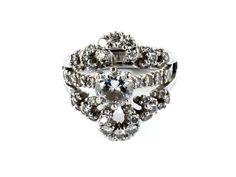 Ringweite: 49. Gewicht: ca. 9,1 g. WG 750. Dekorativer Ring im Ring. Ein einzeln zu tragender Ring mit Brillantsolitär, ca. 0,8 ct I/P1, sowie ein...