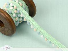 Mit diesen Ponponbändern in zarten Pastelltönen liegst Du voll im Trend. Pomponbänder sind Bommelbänder, die man spielend leicht einfassen kann und so für Deckensäume oder Kissenbezüge verwenden kann. Mit den süßen Bommeln verzaubert man...