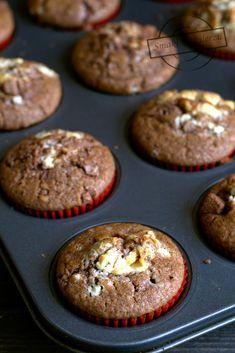 Pyszne czekoladowe muffinki z kawałkami czekolady. Na drugi dzień po upieczeniu wciąż pozostają mięciutkie. Trzeciego Polish Recipes, Nigella, Cake Recipes, Deserts, Cooking Recipes, Cupcakes, Baking, Breakfast, Food