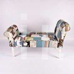 BANQUETA PATCHWORK Referencia: mue-12 Banqueta de patchwork con distintas telas y estampados de color. Patas de madera en blanco. NUEVO Medidas:  Alto: 68 cm Ancho: 120 cm Profundo: 52 cm Precio: 248€ ($319 aprox.)