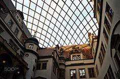 Residenzschloss Dresden - Das Dresdner Schloss ist ein Renaissancebau in der Innenstadt von Dresden. Es war das Residenzschloss der sächsischen Kurfürsten (1547–1806) und Könige (1806–1918). Als Stammsitz der albertinischen Linie der Wettiner war es ab dem 16. Jahrhundert prägend für die kulturelle Entwicklung Dresdens. Die Residenz ist eines der ältesten Bauwerke der Stadt und baugeschichtlich bedeutsam, da alle Stilrichtungen von Romanik bis Historismus ihre Spuren an dem Bauwerk…